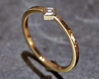 Rose gold ring with carré cut diamond