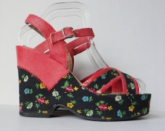 Red Original 70s Vintage Vegan Platforms With Flowers // Mannequin // Size 40 // Made In Italy