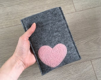 Felt Kindle cover. Handmade Kindle Paperwhite case. Kindle Voyage etui with light pink heart. Wool ereader case. gray Amazon Kindle Cover.