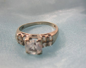 14kt White Gold Engagement Ring with 1 Large Diamond and 4 Smaller Diamonds on each side, 1 small Diamond missing