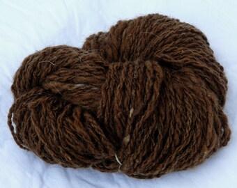 Matassa di lana filata a mano di pecora skudde, marrone naturale