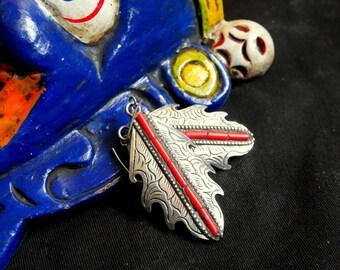Boucles d'oreilles ethniques tibetaines en forme de feuille, métal ciselé et éclats de corail