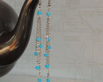 Long earrings with blue and white pebbles