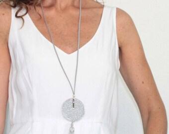 Collar gris plateado con borla y cuentas de cristal checo.