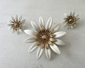 Sarah Coventry White Enamel with Gold Daisy Brooch and Earring Set 1046