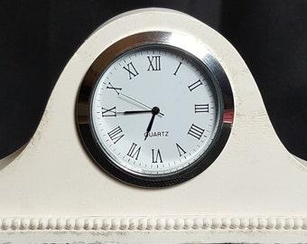 Concrete clock. Napoleon hat mantle clock, bedside clock. Retro chic. Konkrete Uhr. Horloge en béton. Reloj de hormigón