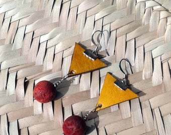 Earings yellow safran triangle leather with coral bead