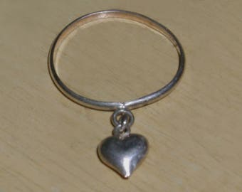 Very Cool Vintage Sterling Silver Heart Charm Dangle Ring - Size 6/6.5