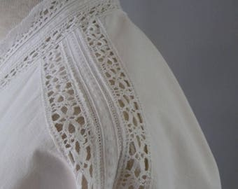1910-1925, Bed pelerine or dressing-jacket with lace