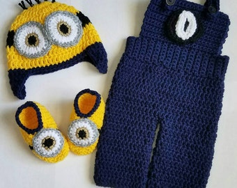 Crochet Newborn minion photo prop, crochet minion hat, crochet minion booties, Minion costume, crochet minion overalls, crochet minion set