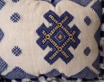 Kilim Cushion    Moroccan cushion    Berber carpet cushion comes stuffed