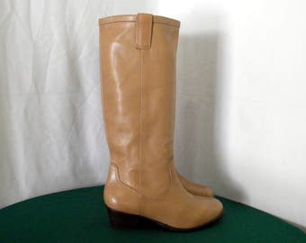 Vintage Women Sz 8 taupe tall leather high quality designer walking boots.
