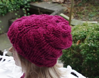 Cabled hat in bordeaux