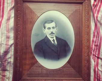 Portrait 1920-1930. Unusual old and Louise worked wooden frame. Photography. Vintage.