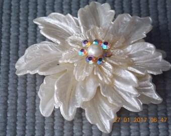 VINTAGE BAKELITE FlowerBrooch PIN