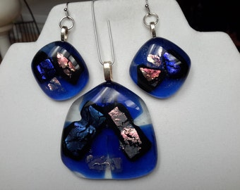 Fused dichroic pendant and earrings, blue
