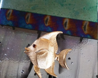 Golden angelfish pin with red eye