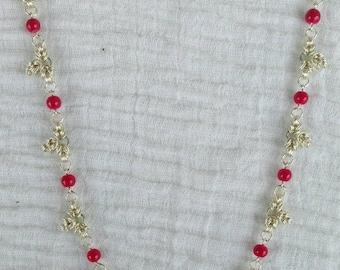 Chainmaille Halskette Byzantine mit himbeerfarbenen Glasperlen