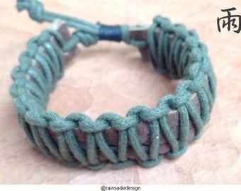 Green macrame bracelet with adjustable length