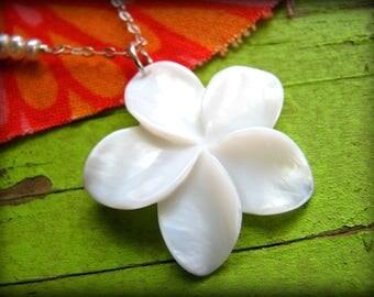 White Plumeria Flower Necklace - Medium Shell - Hawaii Maui Kauai Oahu - Gift Girlfriend Wife Daughter Best Friend Graduation 40th 45th 50th