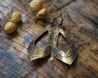 Boucles d'oreilles en laiton, gravées et patinées