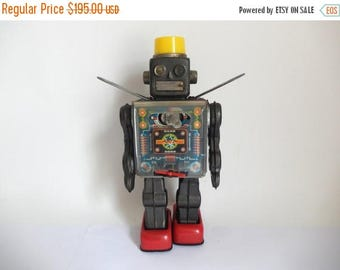 Vintage 1960's Japanese Horikawa Tin Litho Battery Operated Fighting Robot