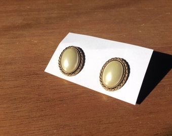 Retro Oval Pearl Earrings