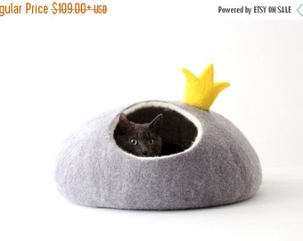 Cat bed PRINCESS - felt cat save - cat bed with crown - made to order