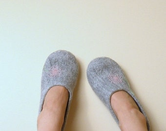 Felted slippers Neutral with pink dandelion - natural grey wool clogs - eco friendly- Valentines gift - gift for her - wool clogs
