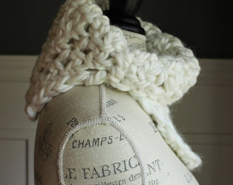 CROCHETED COWL with chunky yarn // The Kathryn // Warm WHITE
