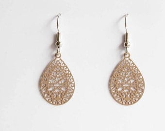 Middle ornament earrings in light brown