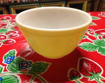 Vintage Pyrex yellow 1.5 pint mixing bowl