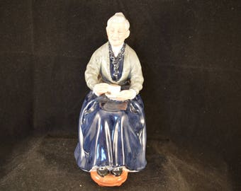 ROYAL DOULTON figurine The Cup of Tea - HN2322- Retired - Perfect