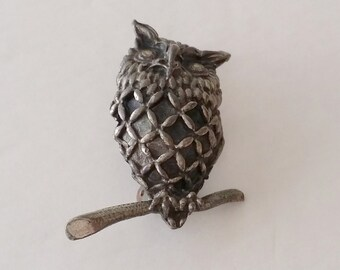 Amazing Vintage Antiqued Silver Tone Owl Pin Brooch.