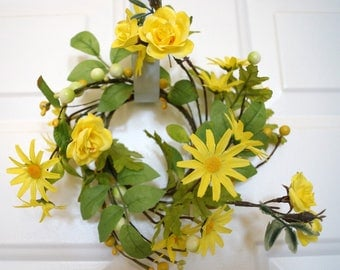 Yellow Roses Daisy and Pip Berry Candle Ring, Mini Spring Wreath, Mini Wreath, Spring Summer Centerpiece
