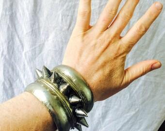 Bracelet manchette en tribal Kuchi Spike. Goth Punk Boho. UNIQUE