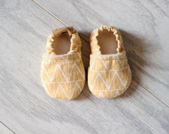 Baby slippers - Baby accessories - Baby shower - Birth gift - Baby boy - Baby girl - Summer shoes - Yellow geometric pattern - Baby fashion