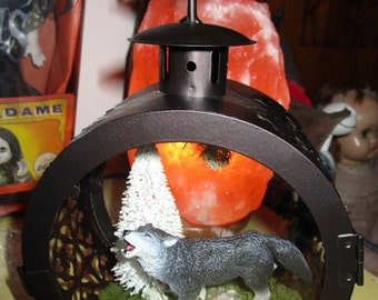 LonE WolF HoWlinG at the mOOn LanTerN tYpE DeCoR OOak MeTal GlaSS TrEE MoSS wOOd