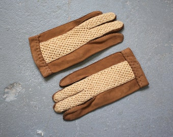 vintage 1960s gloves / 60s brown suede gloves / 60s suede driving gloves / suede and crochet gloves / brown and cream gloves / short gloves