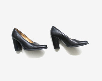 Vintage Leather Heels 7 / 90s Minimalist Shoes / Black Leather Pumps