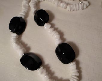 LUCITE NECKLACE / Black & White / Chunky / Retro / Art Moderne / Modernist / Trendy / Fashionista / Hipster / Rockabilly / Chic / Accessory
