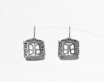 Divertidos pendientes realizados en plata de dos pequeñas ventanas.