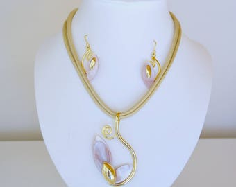 ADORNMENT in plate gold and Pearly pink, pendant and earrings