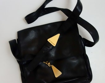 1980s super soft black leather shoulder bag w/ heavy duty gold triangle tassel and chain zippered pocket flap pocket minimalist classic 80s