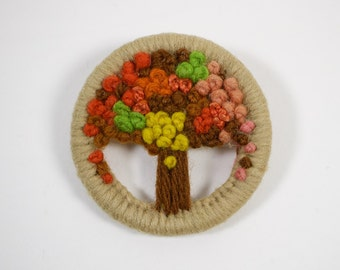 Vintage 1940-50s hand made woollen tree circular brooch.