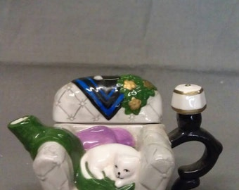 H H White Cat in Chair Tea Pot