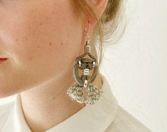 Stammes-Seil Ohrringe, Fiber Art Ohrringe, Drop Stoff Kronleuchter, Hippie Ohrringe, Ohrringe, graue Ohrringe