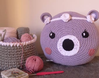 Pad of crochet with face of bear and flowers for children made by hand.
