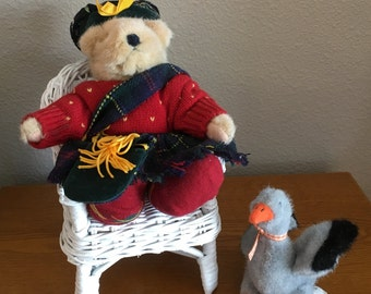Muffy Vanderbear and Lucy Goose with Seven Outfits, Accessories and Chair