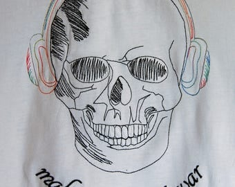 Sotis Skullheadphone embroidery: in 4 sizes 13x18, 16x26, 18x30 and 20x30er frame size (you will get in the download all sizes)